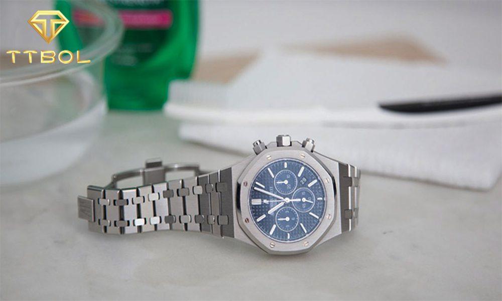 نحوه تمیز کردن بند استیل ساعت مچی