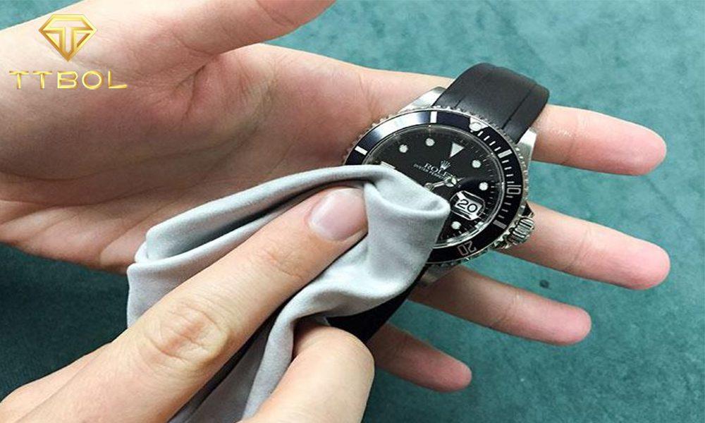نحوه تمیز کردن ساعت مچی با بند چرمی