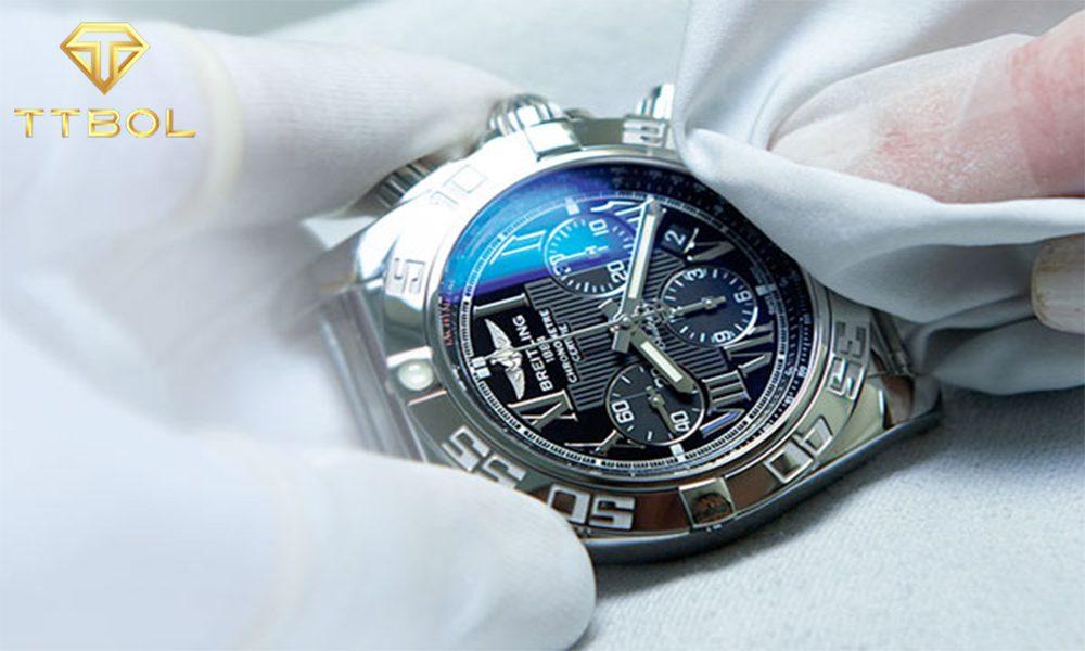 ساعت خود را با یک پارچه نرم تمیز کنید.